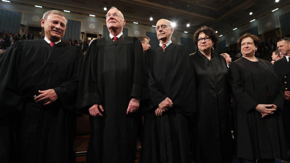 Foto: John Roberts, Anthony Kennedy, Stephen G. Breyer, Sonia Sotomayor y Elena Kagan esperan la llegada de Trump al Congreso, en Washington. (Reuters)