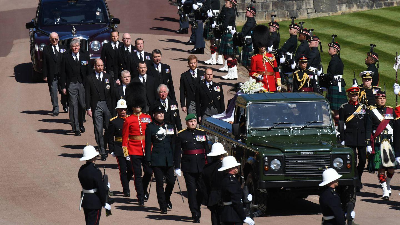 Las personas de confianza del duque, en su funeral, detrás de la familia real. (Getty)
