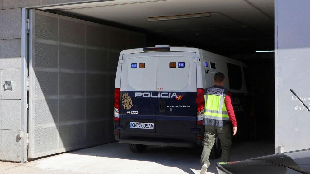 Foto: Cinco detenidos por el amaño de partidos, ayer, en el furgón policial para acceder al Juzgado número 1 de Zafra. (EFE)