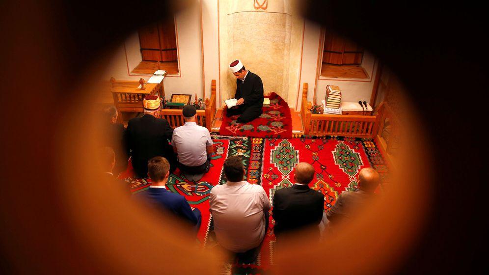 Foto: Musulmanes bosnios asisten a una oración en una mezquita en Kraljeva Sutjeska, Bosnia-Herzegovina, en agosto de 2018. (Reuters)