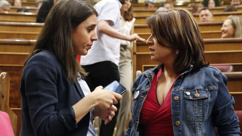 Irene Montero y Adriana Lastra conversan en el Congreso. (EFE)