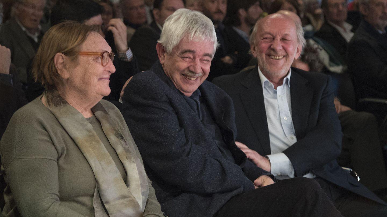 Pasqual Maragall, junto a su mujer, Diana Garrigosa, y el presidente de RBA, Ricardo Rodrigo, durante la presentación en Barcelona del libro 'Pasqual Maragall, pensament i acció' en 2017. (EFE)