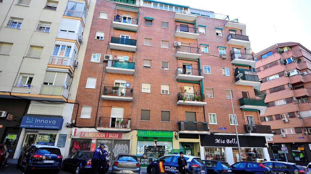 Foto: Una mujer y su hija de 2 años, graves al caer desde un segundo piso en Madrid. (Efe)