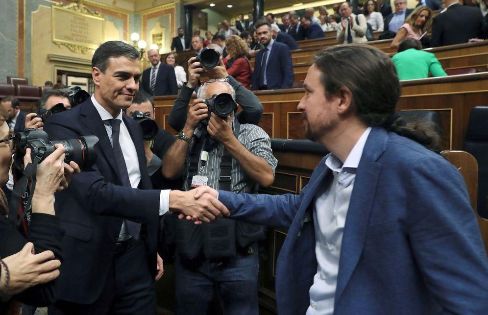 Foto: Pablo Iglesias felicita a Pedro Sánchez el pasado 1 de junio en el Congreso, cuando triunfó la moción de censura contra Mariano Rajoy. (EFE)