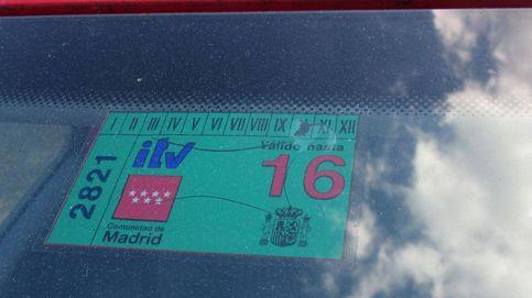Usar una pegatina de la ITV para un coche que no ha pasado la inspección ya es delito