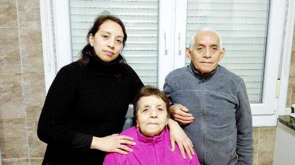 Foto:  Sandra Paola, Carlota y Manuel, en su casa de Bilbao. (Cedida)