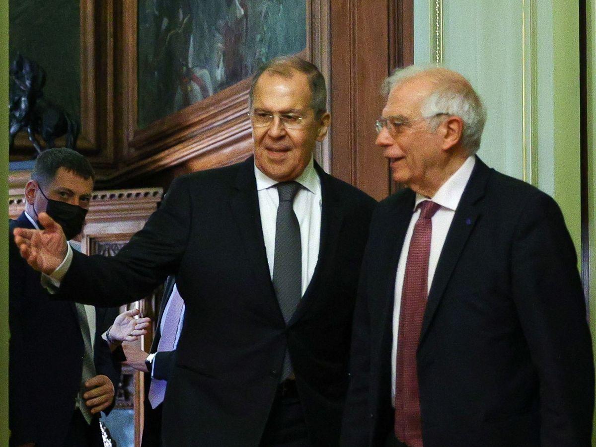 Foto: El alto representante junto al ministro ruso de Asuntos Exteriores, Sergei Lavrov. (EFE)