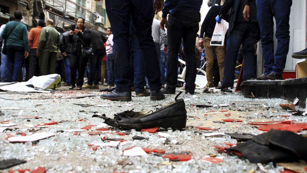 Foto: Vista de cristal y restos de calzado y ropa tras el atentado contra la catedral de San Marcos, en Egipto. (EFE)