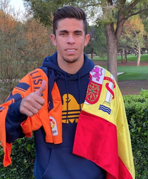 Foto: Gabriel Paulista posa con las camisetas de España y del Valencia. (instagram gabriel paulista)