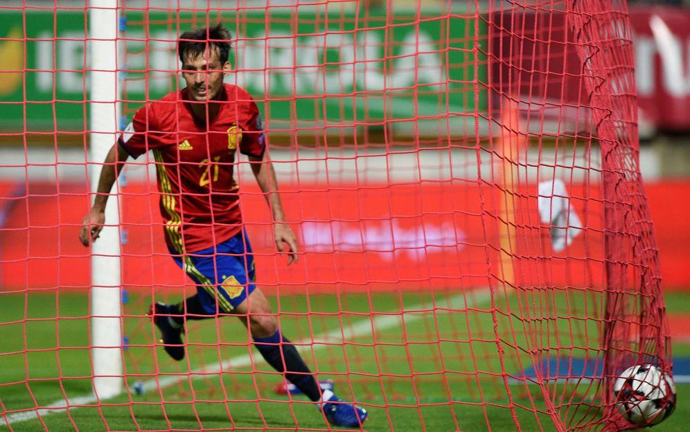 Foto: David Silva celebra uno de los dos goles que le marcó a Liechtenstein en León (Reuters)