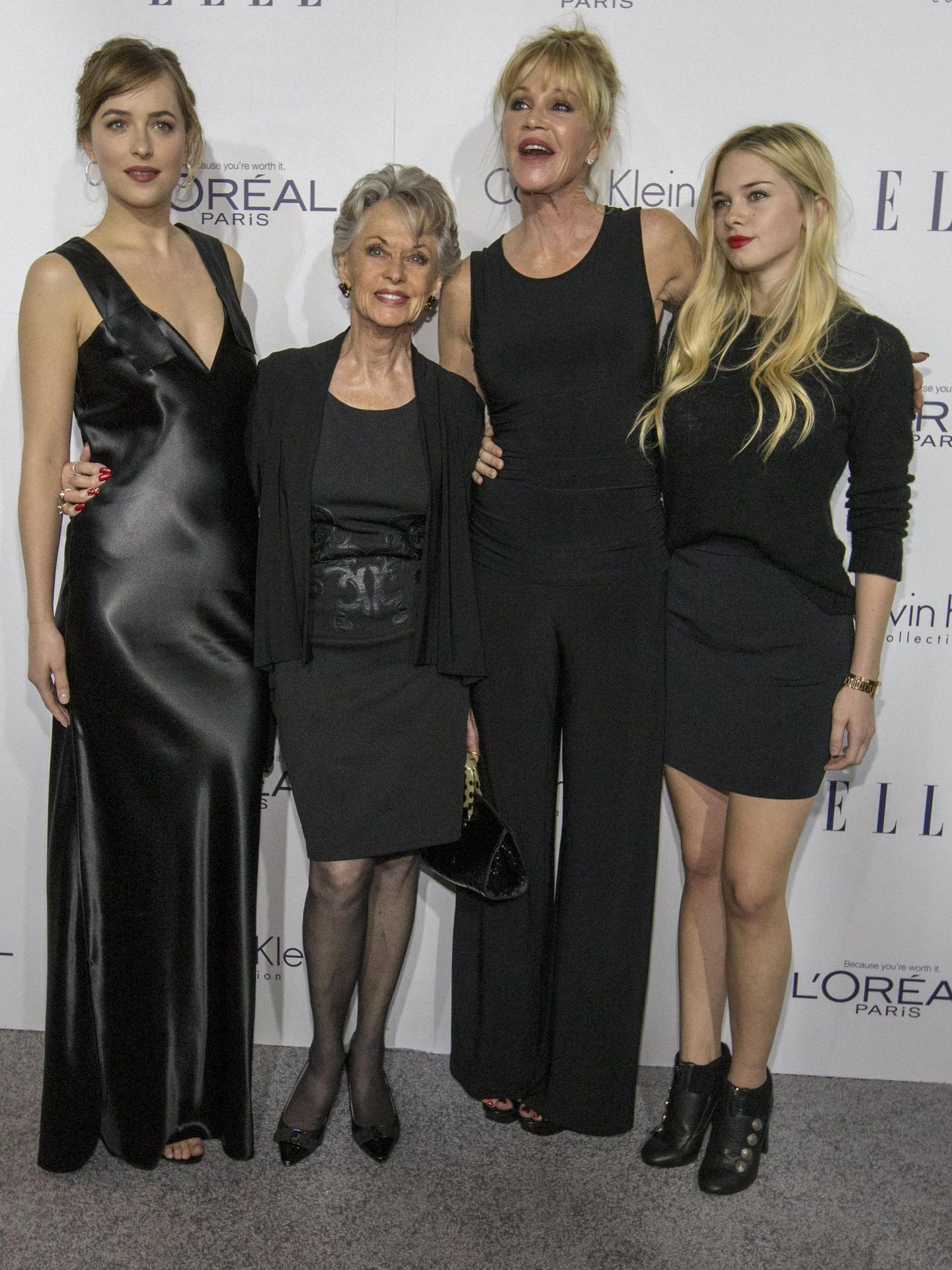 Dakota Johnson, Melanie Griffith y su madre junto a Stella Banderas en 2015.  (Reuters)