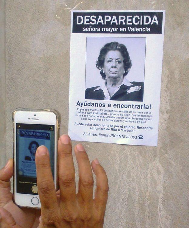 Foto: Pegan un cartel irónico en el portal de Barberá. (EFE)