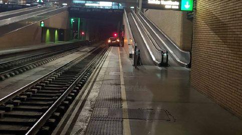 Un coche se cuela en la estación de tren de Santa Justa y provoca el cierre de una vía