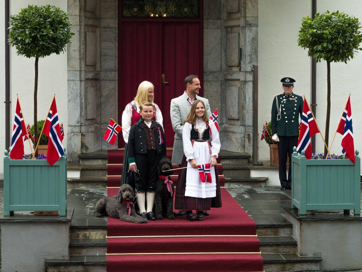 Foto: Haakon y Mette-Marit, junto a sus hijos en la puerta de su casa. (Getty)