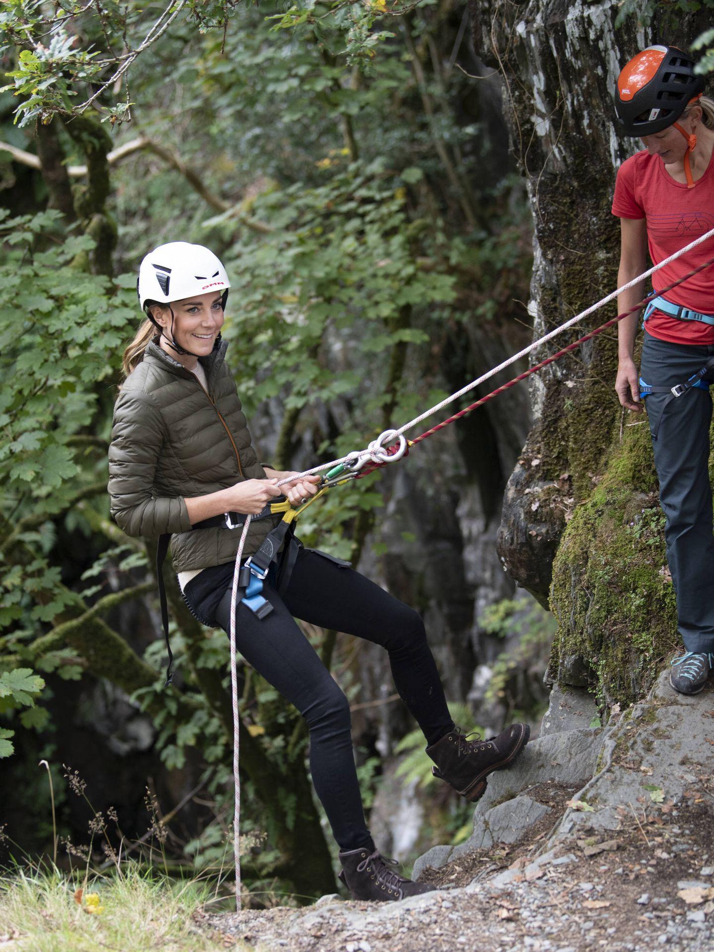 La duquesa de Cambridge se ha atrevido con el descenso de barrancos. (Getty)