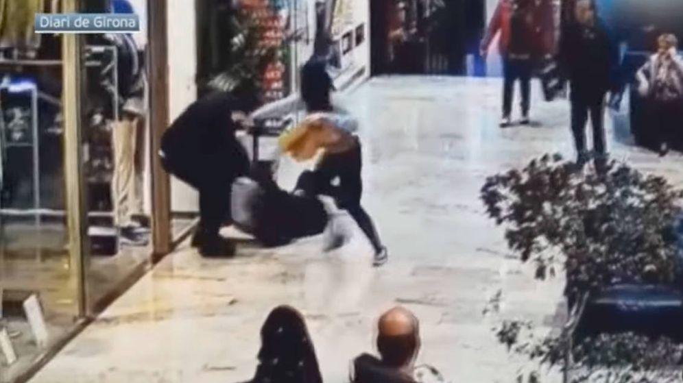 Foto: El ladrón empleo mucha violencia para tratar de robar un bolso, pero no lo consiguió (Foto: YouTube)