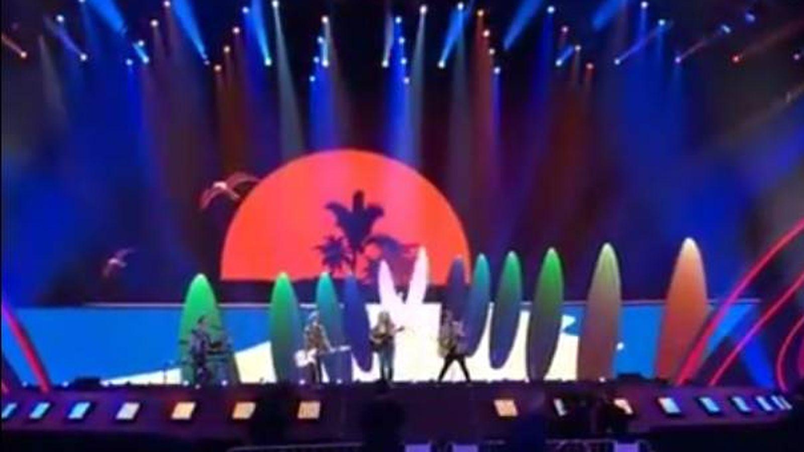 Foto: Las tablas de surf predominan en el primer ensayo de Manel Navarro en Eurovisión.