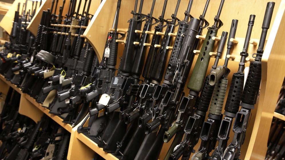 Foto: Rifles AR-15 en una estantería de sede central de la Oficina de Alcohol, Tabaco y Armas de Fuego en Virginia, el 15 de diciembre de 2015 (Reuters)