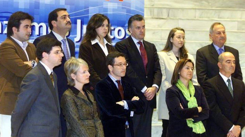 Con sus compañeros candidatos a las Elecciones Generales, en 2004. Entre ellos está, arriba, Luis Bárcenas.