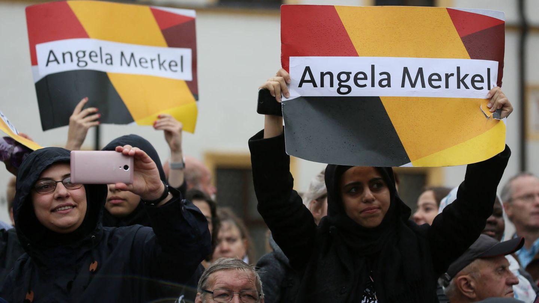Refugiados sirios apoyan a Merkel en un mitin de campaña en Torgau, Alemania. (Reuters)