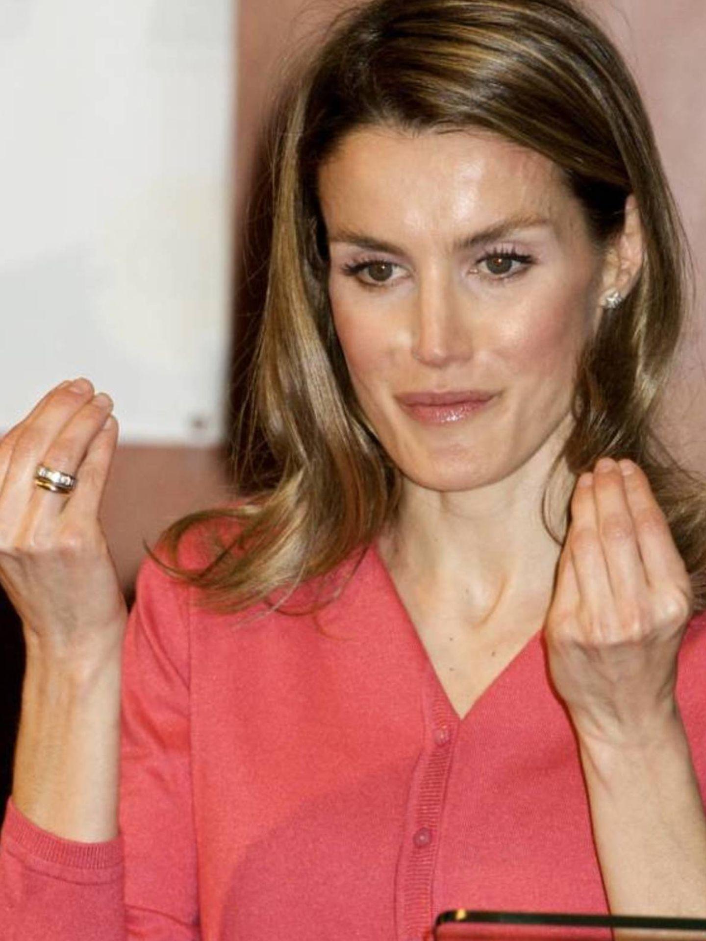 La Reina, con su anillo de pedida y el de casada en 2011. (Getty)