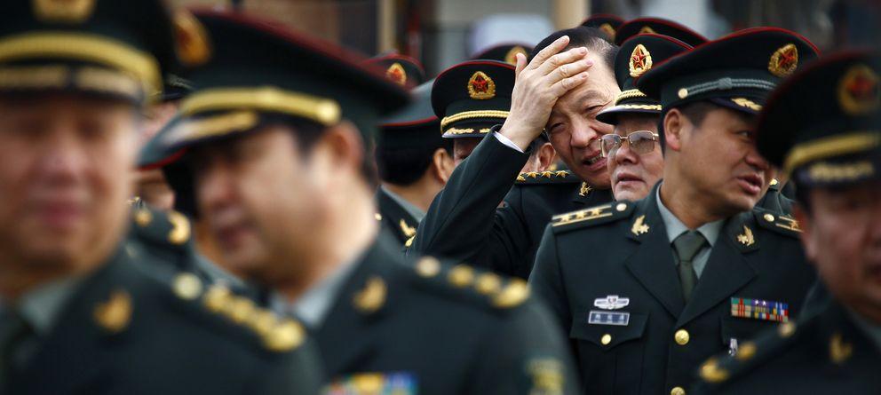 Foto: Oficiales del Ejército chino a su llegada al Gran Salón del Pueblo, sede de la Asamblea Popular Nacional, en Pekín (Reuters).