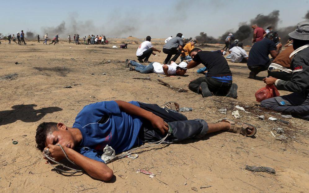 Foto: Manifestantes palestinos heridos por inhalación de gases durante la protesta en la frontera entre Israel y Gaza, el 8 de junio de 2018. (Reuters)