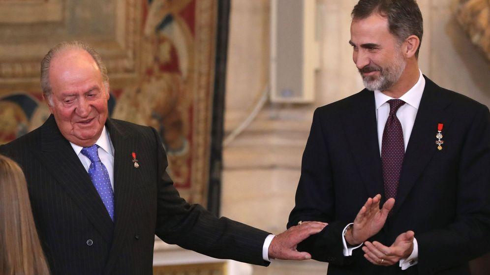 Foto: Felipe VI con el rey Juan Carlos tras imponerle a la princesa Leonor el Collar del Toisón de Oro en enero de 2018 en el Palacio Real. (EFE)