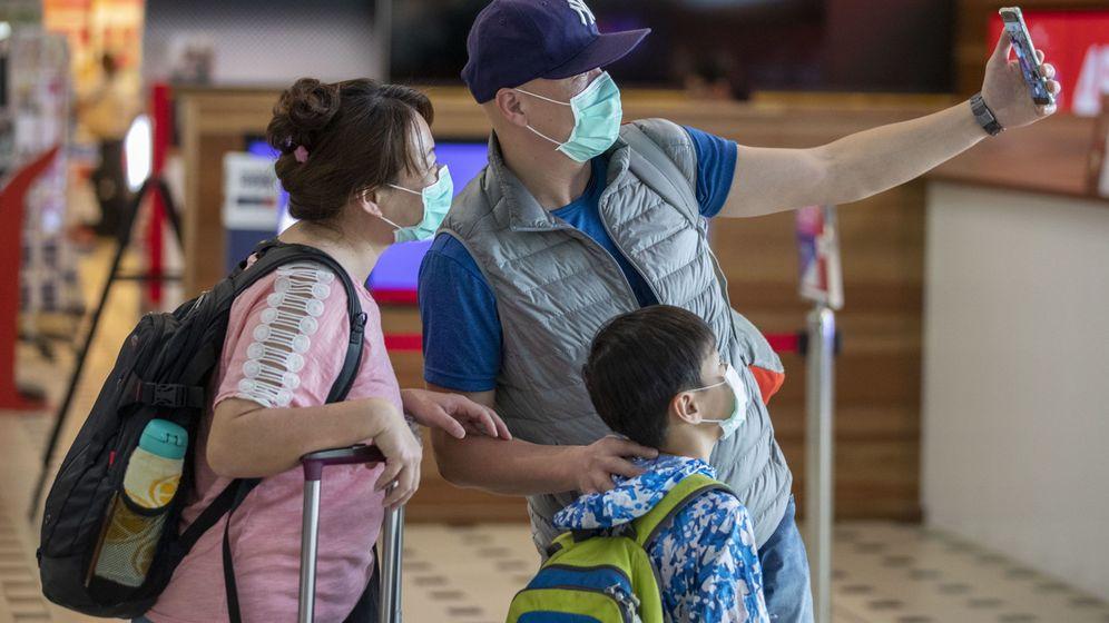 Foto: Pasajeros con mascarilla en el Aeropuerto Internacoinal de Brisbane (EFE)