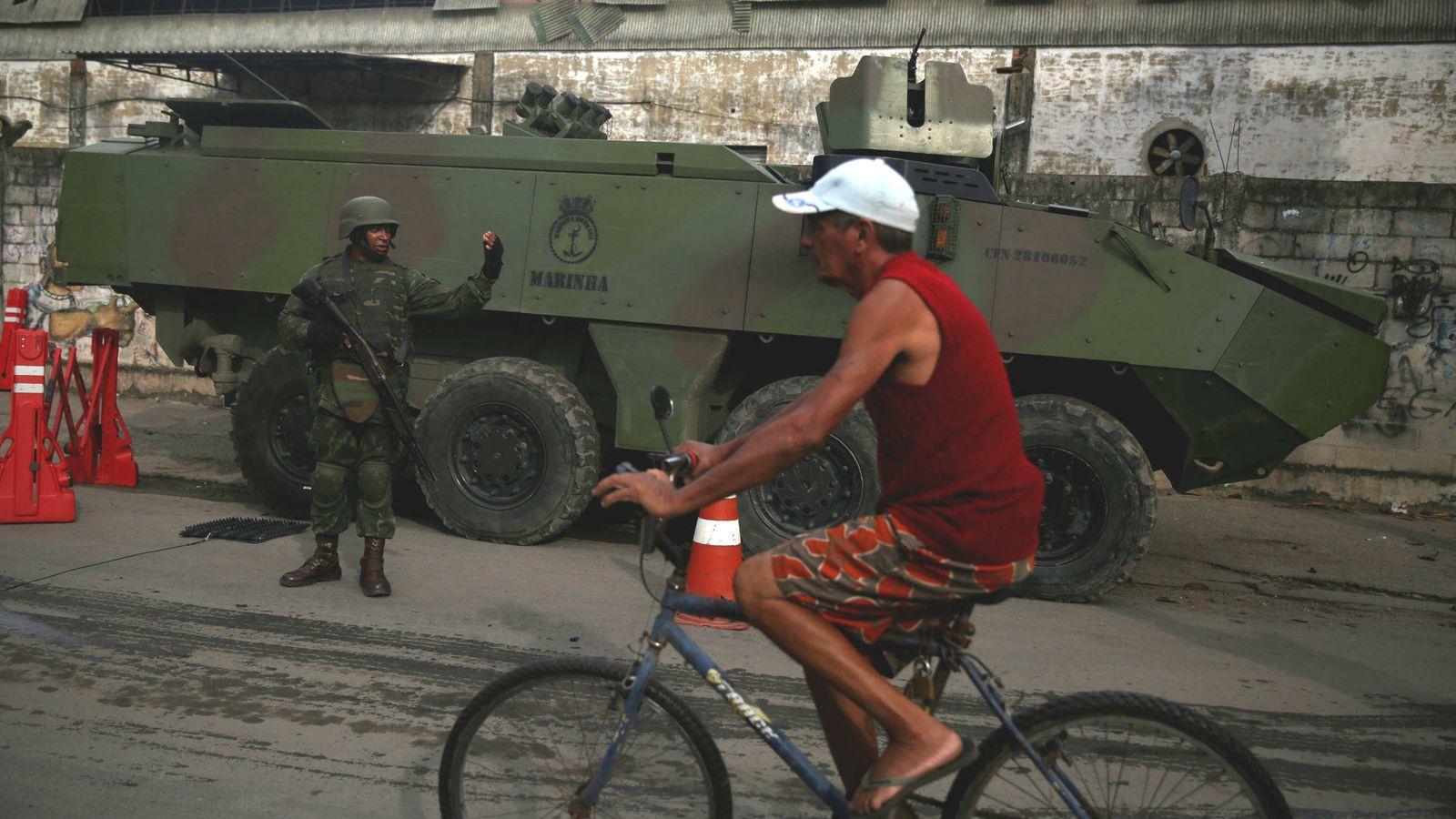 Foto: Miembros de las fuerzas armadas brasileñas patrullan la favela de Kelson, en Río de Janeiro, el 20 de febrero de 2018. (Reuters)