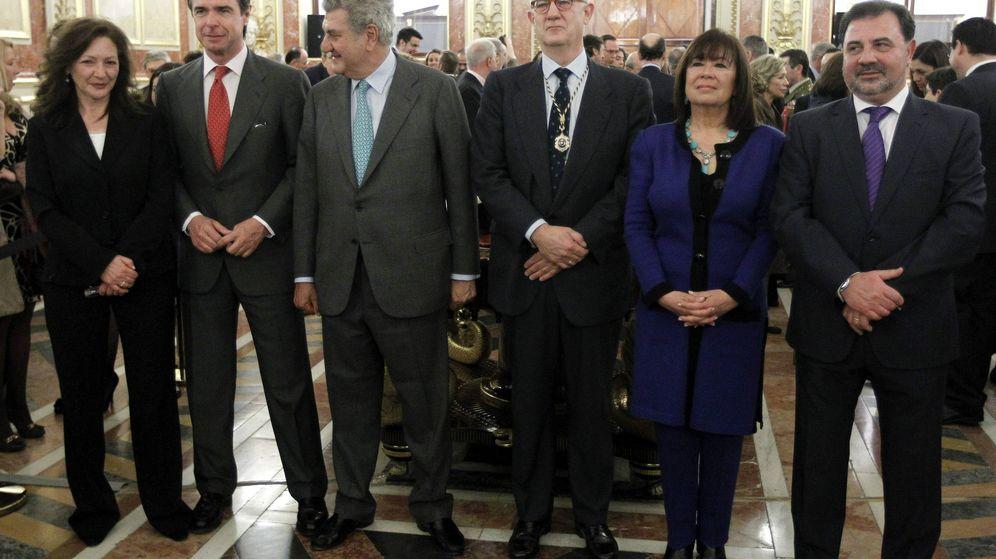 Foto: El ministro de Industria, J.M. Soria (2i), y el presidente del Congreso, Jesús Posada (3i) posan junto al presidente del CSN, Fernando Marti (3d), y los consejeros Rosario Velasco (i), Fernando Castelló (d) y Cristina Narbona.