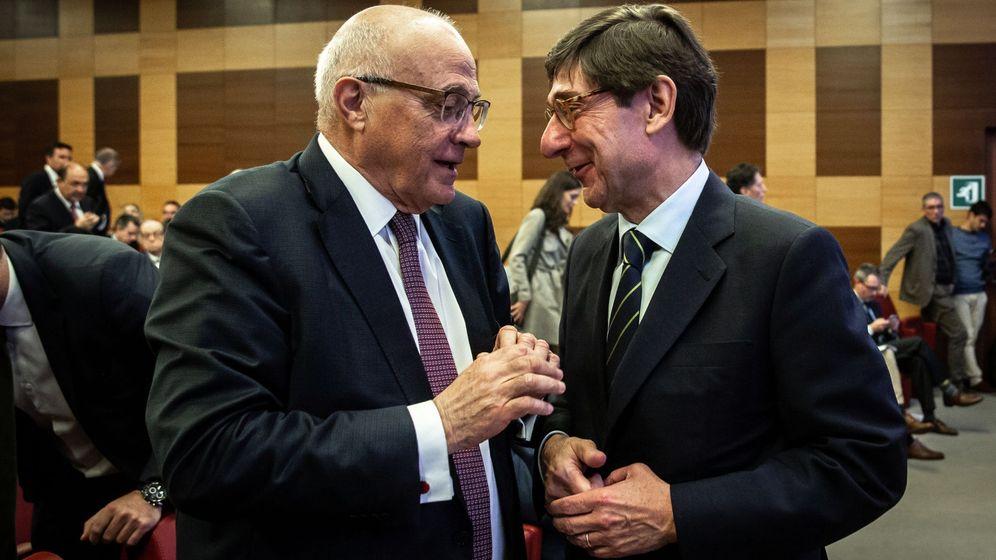 Foto: Josep Oliu (izda.) y José Ignacio Goirigolzarri, presidentes de Banco Sabadell y Bankia, respectivamente. (EFE)
