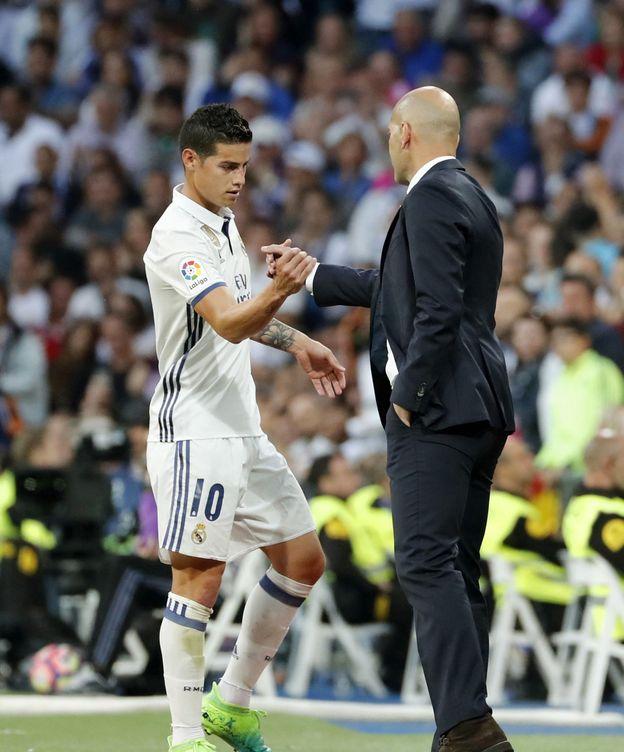 Foto: James y Zidane se saludan en el Bernabéu. (EFE)