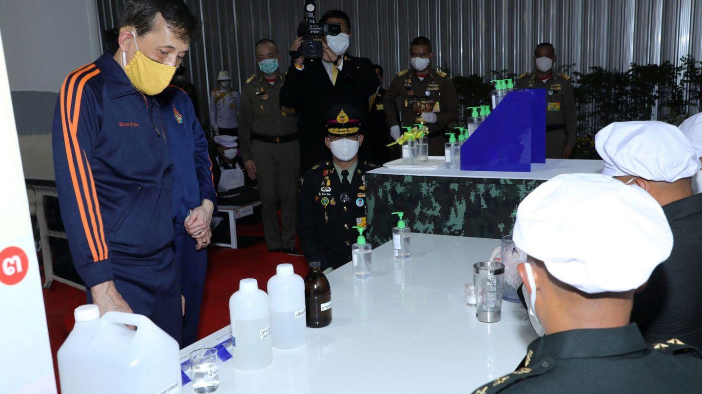 El rey, en una de las fotos que se tomaron durante su estancia en Tailandia en abril. (EFE)