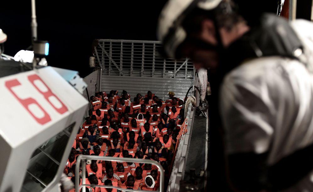 Foto: Migrantes recatados por la tripulación del Aquarius en el Mediterráneo central, el 10 de junio de 2018. (Reuters)