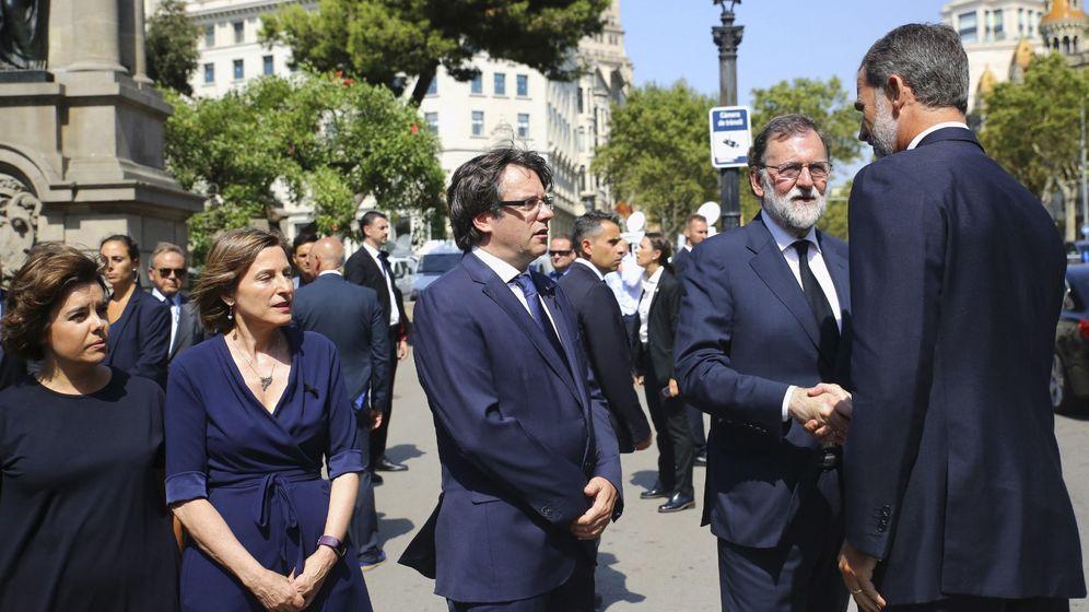 Foto: El rey Felipe VI saluda al presidente del Gobierno, Mariano Rajoy, junto al presidente de la Generalitat, Carles Puigdemont, en Barcelona. (EFE)