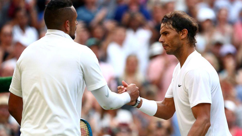 Foto: El saludo de Rafa Nadal (d) y Nick Kyrgios tras su duelo en la segunda ronda de Wimbledon. (Reuters)