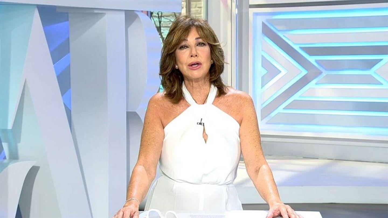 Ana Rosa Quintana ha elegido el color blanco para su look de estreno de temporada. (Mediaset)