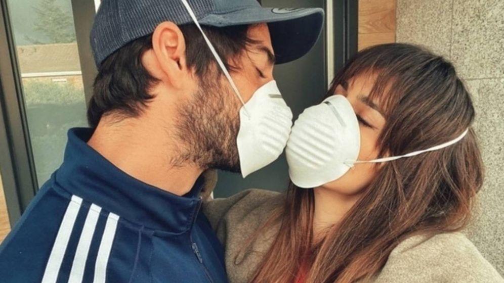 Foto: El beso con mascarilla de Isco y Sara Sálamo. (foto instagram sara sálamo)
