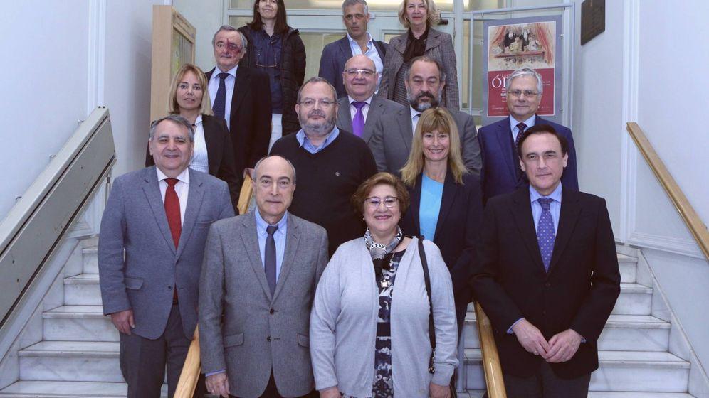 Foto: Algunos de los políticos participantes en el debate junto a científicos notables (COSCE)