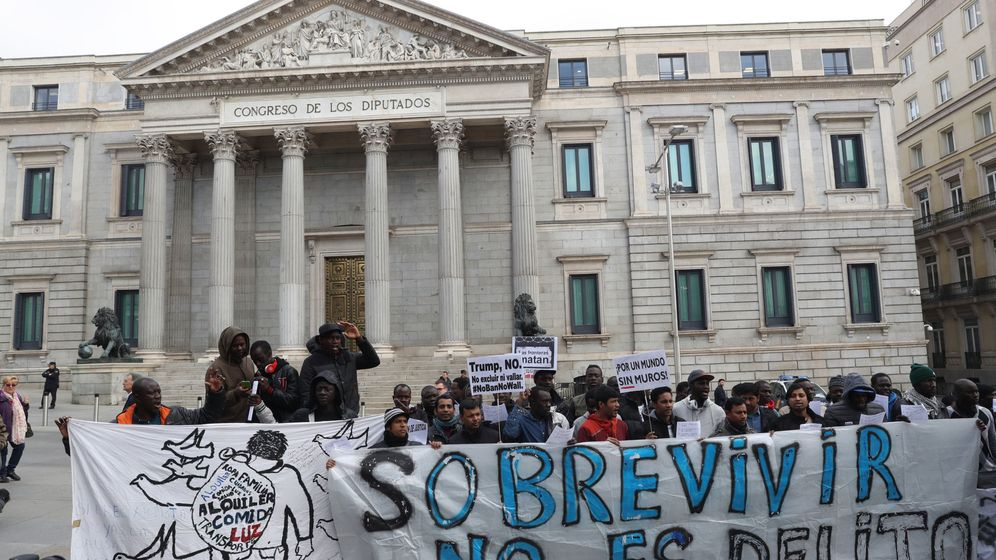 Foto: Acto por la despenalización de la venta ambulante convocado por la Asamblea de Sin Papeles de Madrid y el Sindicato Mantero y Latero de Madrid, en la Plaza de las Cortes. (EFE)
