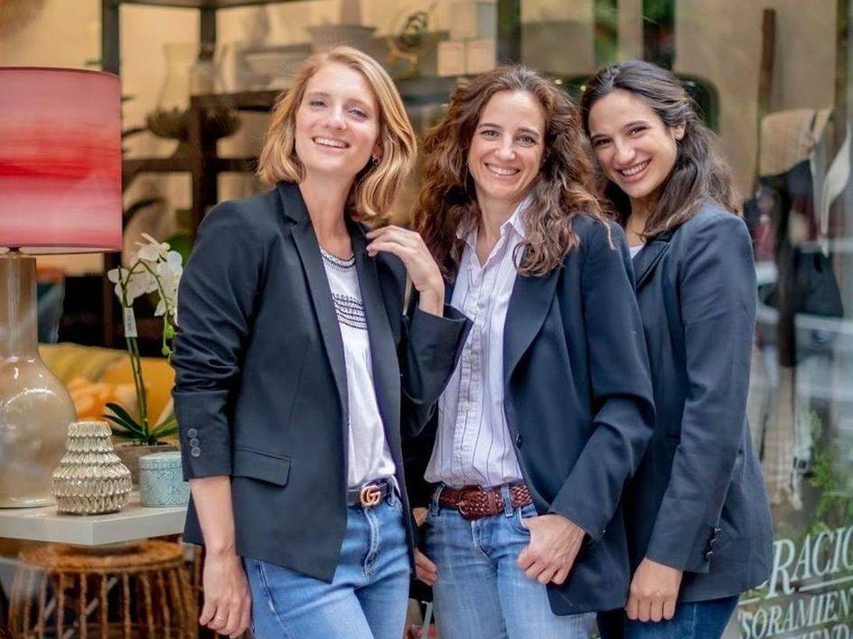 Foto: Las tres Herrera detrás de A-Típica. (Redes @a_tipica)