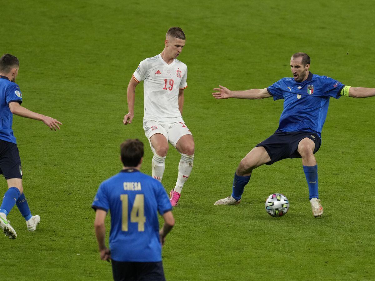 Foto: Dani Olmo, rodeado de italianos en las semifinales. (Reuters)