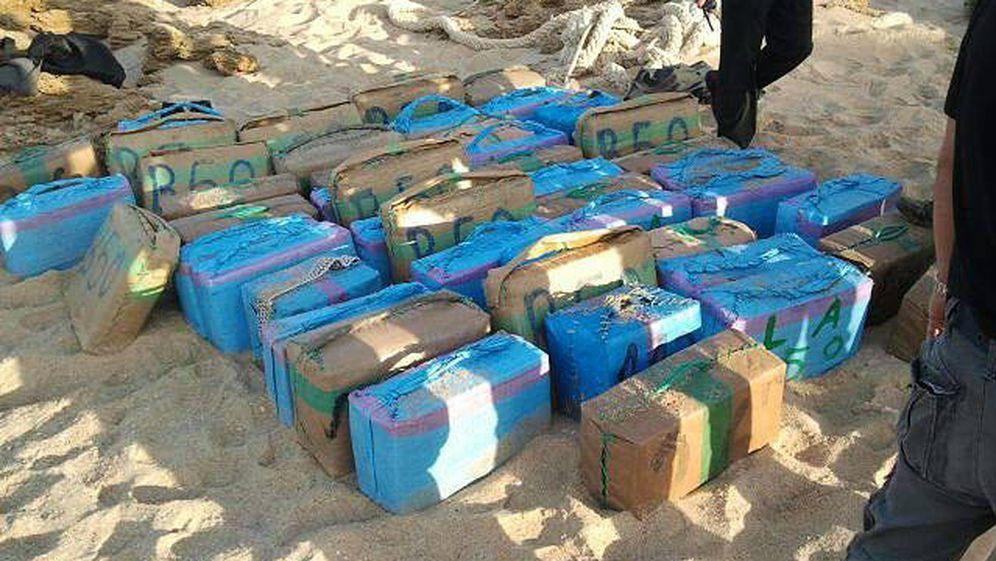 Foto: Decomiso de 1.678 kilos de hachís intervenidos en una lancha a la deriva en la costa gaditana. (EFE)
