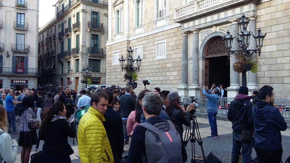 Foto: Los periodistas esperan la llegada de Puigdemont en el Palau de la Generalitat. (Rafa Méndez)