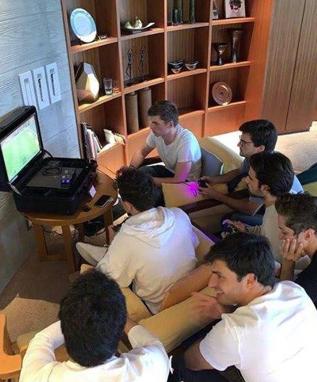 Foto: 'Reunión' de pilotos jugando al FIFA. (@MaxVerstappen1)