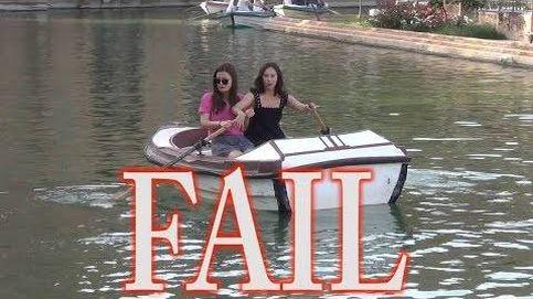 La torpeza de estas dos turistas para conducir una barca te hará reír mucho
