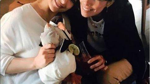 La tierna foto de Maribel Verdú con la  hija 'pingüina' de Natalia Verbeke