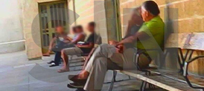 Foto: El extesorero del PP Luis Bárcenas (d) sentado en el patio de la cárcel. (EFE)