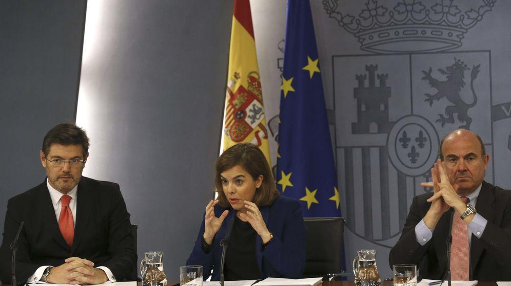 Foto: La vicepresidenta del Gobierno, Soraya Sáenz de Santamaría, y los ministros de Justicia, Rafael Catalá (izq.), y de Economía, Luis de Guindos. (EFE)